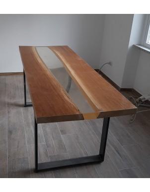 Tavolo in massello di rovere con colata di resina trasparente